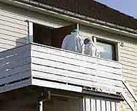 I en leilighet i dette huset ble liket av en ung jente funnet i formiddag. (Foto: NRK)