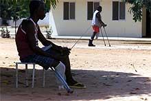 Krigen i Angola jaget rundt 4 millioner mennesker på flukt. 100.000 er helt uføre etter krigen, og 50.000 barn er foreldreløse.