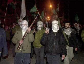 Palestinske aktivister marsjerte i natt i byen Hebron i protest mot Israels militære operasjoner. (Foto: AP/Scanpix(