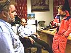 Losbåtførerne Gunnar Hummelsund (f.v.) og Ove Magne Berge diskuterer redningsaksjonen med Nils Magne Varøy. (foto: Ørjan Deisz/ BT)