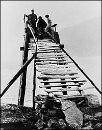 Fiskarane sat i tårnet og speida etter laksen. Så snart fisken gjekk i nota, vart den snøra att. (Foto © Fylkesarkivet)