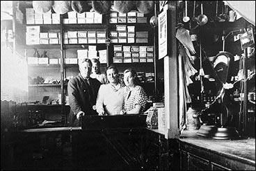 Landhandelen til Augusta (f. Nordbø) og Hans Nesse i Ålgård før 1920. F.v.: Augusta Nesse, og Marianne Edland og Lars Edland. (Foto © Fylkesarkivet)