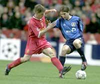 Michael Owen kjemper med Leverkusens Diego Placente om ballen i første omgang (foto: Phil Noble-pa/ap/scanpix)