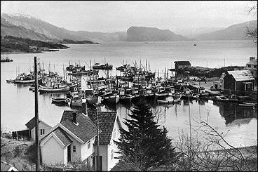 Hamna på Sørbøvåg på midten av 1950-talet. I framgunnen er huset til Bjarne Nordbø, der det var bakeri tidlegare. (Foto © Fylkesarkivet)