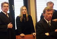 Forsvarer Johnny Veum og Kristin Kirkemo Haukeland, forsvarer Frode Sulland, Tor Kjærvik (bak) venter på domsavsigelsen. (Foto: Scanpix)