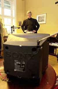 Advokat Harald Stabell ble sparket av sin klient Per Oderud før domsavsigelsen. Han fulgte derfor domsavsigelsen på TV på sitt kontor i Oslo. (Foto: Scanpix)