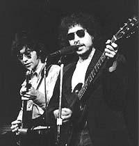 Robbie Robertson og Bob Dylan sammen på scenen i 1972.