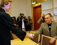 Harald Hjort (t.v.) hilser på Storvand før retten ble satt under sist runde i rettsalen. Foto: Scanpix/Terje Bendiksby.