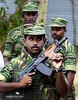 Tamilske soldater bevokter pressekonferansen. ( Foto: Gemunu Amarasinghe, AP/Scanpix)