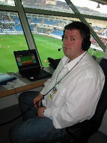 Arne Flatin, her på Molde stadion, kommenterer frå Hødd-AaFK. Foto:Gunnar Sandvik
