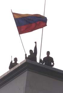 Venezuelanske soldater markerer støtte til Chavez. (Arkivfoto: Ricardo Mazalan, AP)