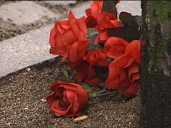 Sørgende la ned blomster på drapsstedet i dagene etter drapene. ( Foto: Arkiv )