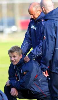 Steffen Iversen (sittende) under treningen på Bekkestuabanen, sammen med trener Nils Johan Semb (tv) og Henning Berg (bakfra). (Foto: Lise Åserud, SCANPIX)