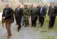 Georgias president Eduard Sjevardnadse på vei til å undertegne en avtale om tilbaketrekking av russiske FN-styrker fredag. (Foto: ITAR-TASS/AP)