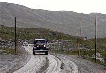 Gamle Strynefjellsvegen vart opna som nasjonal turistveg i 1997. Etter opninga prøvde eit følgje med veteranbilar vegen.
