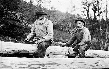 Barking av tømmer på Øvreberg i 1920. (Foto © Fylkesarkivet)