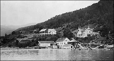 Gamalt postkort frå Faleide med Tendens hotell til høgre. (Foto © Fylkesarkivet)