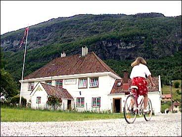 Valhalla hotell ligg på handelsstaden Tonning ved munningen av Stryneelva. (Foto: Stein Magne Os, NRK)