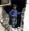 En palestinsk gutt i ruiner i flyktningleiren i Jenin.
