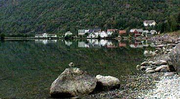 Hjelle med Hjelle hotell i midten. (Foto: NRK)