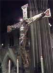 Sølvkrusifikset på Korsalteret er pusset før bryllupet.