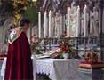 Biskop Finn Wagle ved alteret i Nidarosdomen