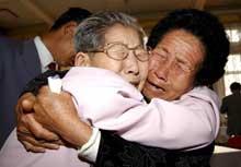 Etter et helt liv i hver sin verden, var følelsene sterke da koreanere fra nord og sør ble gjenforent i dag (Foto: Korea pool/AP).
