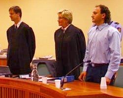 Gamal Hosein sammen med sine forsvarere i tingretten.