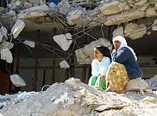 Kvinner i ruinene i Jenin.