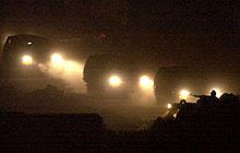 Fangetransporten forlater Arafats hovedkvarter i kveld. (Foto: Enric Mari AP/Scanpix)