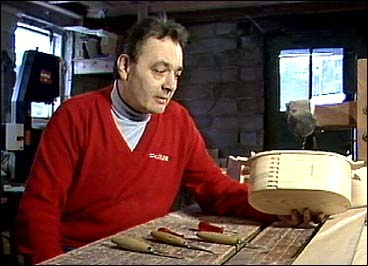 Einar Eldal i verkstaden.