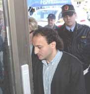 Gamal Hosein på vei inn i Faresgrillen.