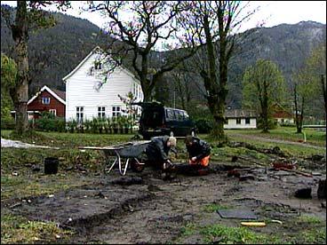 Universitetet i Bergen driv stadig utgravingar på Osen gard. (Foto: Heidi Lise Bakke, NRK)