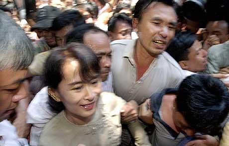 Aung San Suu Kyi smiler mens hun går gjennom en stor menneskemengde utenfor hovedkvarteret til Det nasjonale forbundet for demokrati (NLD) etter løslatelsen i morges. (Foto: AP/David Longstreath)