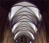 Taket i koret er kalket hvitt, og rommet ser dermed lysere ut.