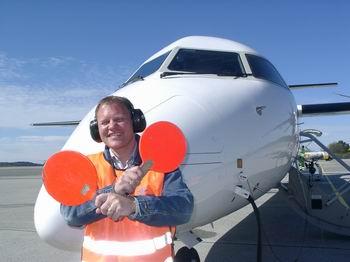 Finn Børge vinker den splitter nye Q-400 widerøe...