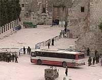 Fødselskirken ble evakuert, og etter sikkerhetskontroller ble palestinerne kjørt bort. (Foto EBU)