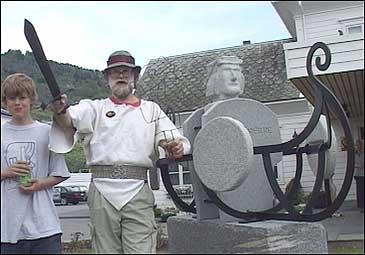 Stig Eikaas ved avdukinga av kong Sverre-statuen på Fimreite.