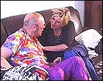 Anne-Kat. og Geir spiller inn sketsj i sofaen til Geir