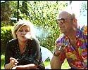 Anne-Kat. og Geir røyker i solen og funderer over livets farer