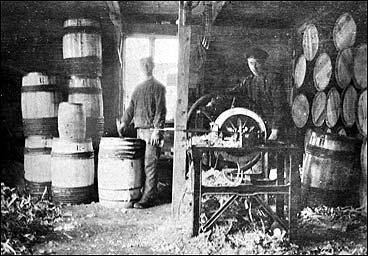 Tønnefabrikk på Kviteneset i 1913. (Foto © Fylkesarkivet)