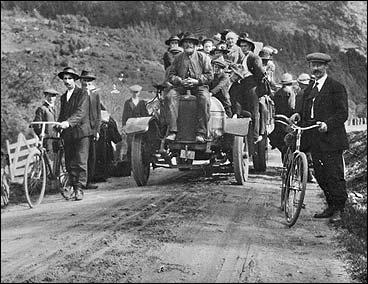 Første rutebilen i Gaular før 1920. (Foto © Fylkesarkivet)