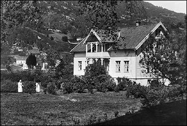 Gaular prestegard på Sande kring 1920. (Foto © Fylkesarkivet)