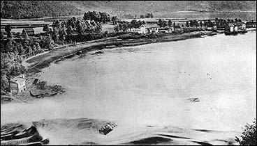 Osfossen tidleg på 1900-talet. Her vart det første kraftverket bygt. På andre sida av elva ligg Osen gard. (Foto © Fylkesarkivet)