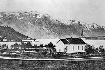 Viksdalen og kyrkja i 1907. (Foto © Fylkesarkivet)