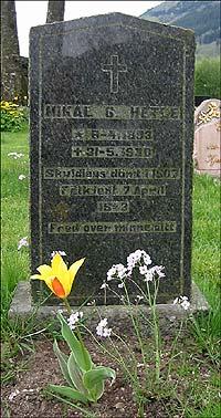 Gravsteinen til Mikal G. Hetle med inskripsjonen: