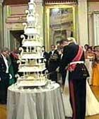 Kronprins Haakon skar opp bryllaupskaka med sabel. Foto: NRK