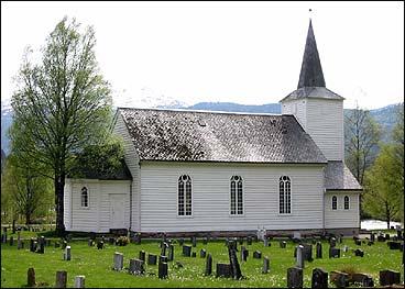 Noverande kyrkje på Sande vart bygt i 1864. (Foto: Arild Nybø, NRK)