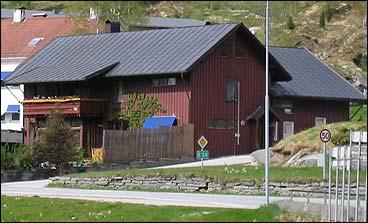 Sivertsens hotell på Sande er gjort om til privatbustad. (Foto: Arild Nybø, NRK)