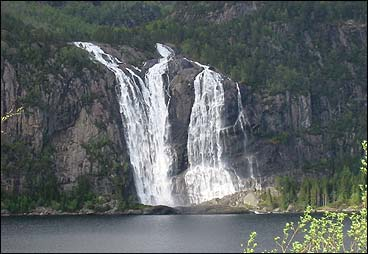 Den mektige Laukelandsfossen ved Dalsfjorden vart kjøpt med tanke på utbygging, men vart seinare varig verna. (Foto: Arild Nybø, NRK)